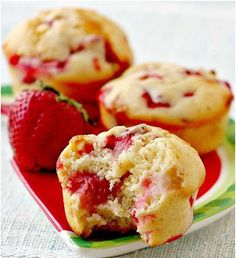 Ces muffins aux fraises et chocolat blanc sont faciles à faire et absolument pa… These strawberry and white chocolate muffins are easy to make and absolutely perfect for the summer 🙂 Muffin Recipes, Baking Recipes, Cake Recipes, Dessert Recipes, White Chocolate Muffins, Chocolate Blanco, Chocolate Chips, Chocolate Cupcakes, Confort Food