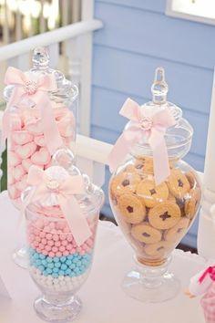 Potes de doces e biscoitos decorados com o tema. I love this look, but so impractical.