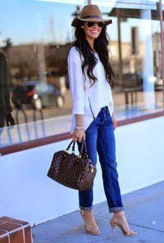 Conjunto camisa blanca, tejanos, sombrero de paja y sandalias beis
