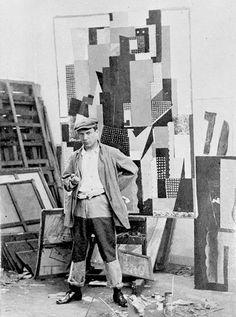 Pablo Picasso, Autorretrato , delante de El hombre se inclina sobre una mesa en su estudio de la Rue Schoelcher, 1915/1916 de París.