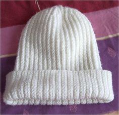 Bonnet very simple for chilly woman. 90 Rg of Coast end + env … / end + env …) Rg Decrease 1 m every 4 … Newborn Crochet Patterns, Knitting Patterns, Bonnet Crochet, Knit Crochet, Diy Bags Purses, Stitch Fit, Knitting Accessories, Knitting For Beginners, Beanie Hats