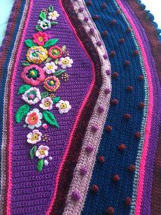 Crochet chal abrigo chal bufanda ganchillo freestyle Crochet Blouse, Crochet Poncho, Knit Or Crochet, Crochet Scarves, Crochet Crafts, Crochet Clothes, Crochet Projects, Crochet Triangle, Crochet Shawls And Wraps