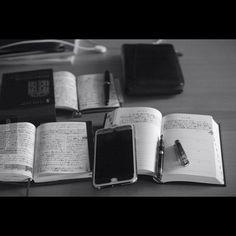 次女が寝ている間は貴重な時間。 何を優先させるか悩み、読書ではなく5年日記を書くことに。 いろんな手帳を見ながら書き出したら止まらなくなりました。 #ほぼ日手帳#ほぼ日#能率手帳#5年日記#ファイロファックス#手帳時間#手帳タイム#万年筆#パイロット万年筆#文房具#写真好き#ライカm8#ライカ#ズミクロン#summicron50#モノクロ#hobonichi#hobonichitecho#filofax#5yearsdiary#planneraddict#planner#plannergirl#pilotpen#customheritage92#fountainpen#fpgeeks#stationery#leica#leicam8
