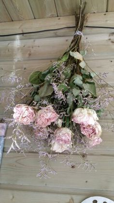 Mooi boeket rozen gedroogd op gehangen in het thuinhuis.