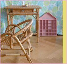 Les Fraises > décoration > Des maisons étagères vintage pour miniatures et du rotin