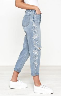 Embroidered Mom Jeans, Embroidered Clothes, Painted Jeans, Painted Clothes, Jean Parfait, Denim Fashion, Fashion Outfits, Fashion 2018, Casual Outfits