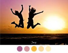 JUMP - Springen bij zonsondergang op het strand, zachte tinten geel en roze / paars voor in het interieur.