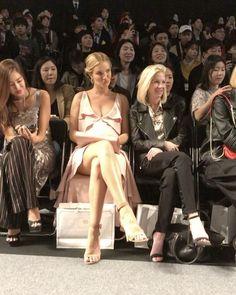 #HarpersBAZAAR_SFW Day_3 셋째 날을 맞이한 #헤라서울패션위크 의 마지막 쇼 #메트로시티(@hellometrocity) 컬렉션에 등장한 #로지헌팅턴휘틀리(@rosiehw) 귀여운 키즈 모델을 보는 그녀의 사랑스러운 눈빛 _ #iphone7plus  via HARPER'S BAZAAR KOREA MAGAZINE OFFICIAL INSTAGRAM - Fashion Campaigns  Haute Couture  Advertising  Editorial Photography  Magazine Cover Designs  Supermodels  Runway Models