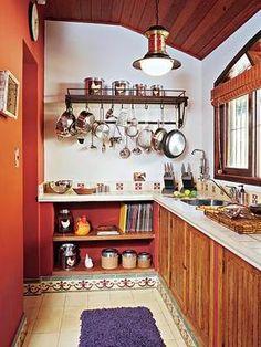 Pendurar as panelas é uma boa solução para espaços pequenos e, de quebra, decora o ambiente.      Casa e Jardim