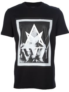 Build the foundations to your look with our collection of designer T-shirts for men at Farfetch. Men Street, Great T Shirts, My T Shirt, Cool Tees, Black Print, Mens Fashion, Street Fashion, How To Look Better, Cool Style