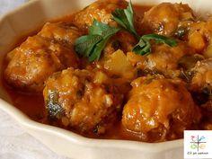 Состојки: • 0.5 кг мелено месо • 1 тиквичка • 2 пиперки • 1 врзоп магдонос • 2 моркови • 400 мл доматен сос • 1 пакетче крем супа • 100 гр ориз • 1 лажица мешан сув зачин • 1 лажиче лук во прав или 6...