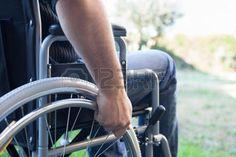 Paral�tico usar su silla de ruedas photo