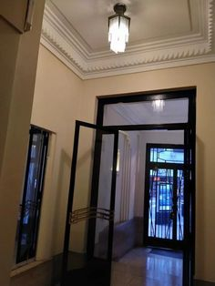 Pueyrredon Al 1800 - Recoleta // Alquiler: 2 Amplios Ambientes, Capital Federal - ZonaProp Living Comedor, Oversized Mirror, Furniture, Home Decor, Federal, Environment, Tall Ceilings, Single Wide, Decoration Home