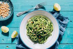 Squashpasta med grønnkålpesto og pinjekjerner