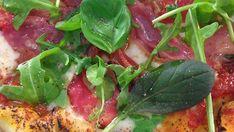 Huippukokki Hans Välimäen salami-mozzarellapizzan resepti on yksi Makuja.fi:n reseptipankin luetuimmista resepteistä. Mikä olisikaan parempi hetki kokeilla tätä hittireseptiä kun sunnuntai-ilta?