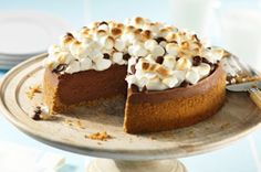 Bring a little of the campfire indoors any time of the year with this stunning dessert. The creamy chocolate cheesecake, graham crust and toasted marshmallows all team up to make a truly delectable dessert! Chocolate Cheesecake, Cheesecake Recipes, Yummy Treats, Sweet Treats, Yummy Food, Flan, Graham Cookies, Ice Cream Cookies, Marshmallow Yams