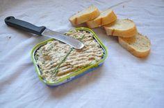 """J'ai l'habitude de faire des rillettes de sardines avec du fromage frais et des herbes du jardin (au St Moret c'est ici, à la ricotta c'est là) Mais aujourd""""hui je n'ai pas pu faire ma recette habituelle n'ayant pas de fromage frais à disposition. pourtant..."""