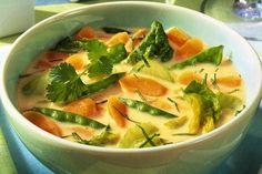 Schnelle Gemüsesuppe mit Sellerie, Zuckerschoten und Spinat