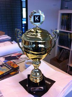 De trofee voor de winnaar van de Grote Kunstbeeld Zomerkruiswoordpuzzel