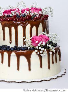 Hochzeitstorte mit Schokolade und Beeren für russische Hochzeiten