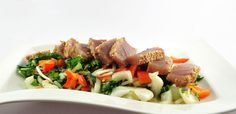 Deze tonijnsteak met wokgroenten heeft een aardige lijst met ingrediënten door de dressing en de marinade. Verder is hij simpel te bereiden en super lekker!