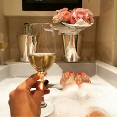 Glamorous women love to luxuriate in a bubble bath with a glass of champagne and beautiful flowers. - Luxury Living For You Entspannendes Bad, Luxe Life, Fab Life, In Vino Veritas, Spa Day, Bath Time, Luxury Living, No Time For Me, Girly Things
