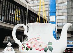 Lily van der Stokker, Celestial Teapot, 2013 Met dit werk verheerlijkt zij het intieme, alledaagse leven tussen al het bouwgeweld van het Stationsgebied en de snelle commerciële wereld.
