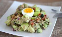 Altijd weer lastig, wat gaan we eten als lunch? Wanneer je zo min mogelijk koolhydraten naar binnen wilt werken is een salade ideaal. Die salades die je standaard maakt gaan op een gegeven moment alleen een beetje vervelen. Deze lunchsalade is daarom net even wat anders. De salade bestaat uit... Read More →