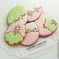 Pink Green and Cream decorated eggs Fancy Cookies, Cute Cookies, Easter Cookies, Holiday Cookies, Cupcake Cookies, Royal Icing Cookies, Cupcakes, Ginger Cookies, Iced Cookies
