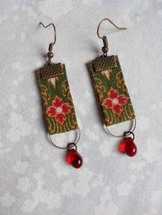 Boucles d'oreille textile motif floral rouge et vert et perle de verre rouge : Boucles d'oreille par bellesdenuitcreationstextiles