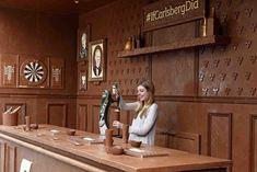 Idée de génie - à Londres, la marque de bière Carlsberg a créé un bar en chocolat, comestible par les passants ! #pub #marketing