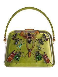 Prada cria bolsas com bordados de insetos. Modelos foram desenvolvidos em parceria com Damien Hirst
