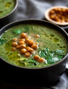 Green Goddess Herby Soup with Roasted Chickpeas Get detox'd with this green soup that is filled with spinach, broccoli, parsley, avocado, and more! Vegetarian Recipes, Cooking Recipes, Healthy Recipes, Brothy Soup Recipes, Ramen Recipes, Lentil Recipes, Broccoli Recipes, Cleaning Recipes, Cauliflower Recipes