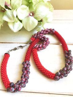 Raffinata collana rossa realizzata con perline Toho rosso corallo e rosso ciliegia e perline di carta riciclata rosso e nera, regalo per lei di YouFeelGoodToday su Etsy https://www.etsy.com/it/listing/525900492/raffinata-collana-rossa-realizzata-con