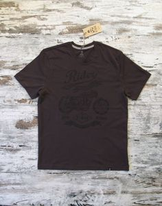 T-SIR Motorcycle Rider dark grey T-shirt. Inspired in Motorcycle Norton CS1 designed by Walter Moore in 1927.100% cotton, super-soft feel. Tag with brand logo at the bottom left. #rider #vintagemotorcycle #neverstop #speedwheels  #hipsterstyle #hipstertee #hipstertshirt #tshirt #greytshirt #darktshirt #tshirtdesign #mens #camisetahipster