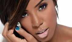 Kelly Rowland goes for a natural look. She uses subtle browns that match her skin tones uses a thin liquid liner on the upper lid. A nude lip completes the look 10 Most Beautiful Women, My Black Is Beautiful, Beautiful People, Simply Beautiful, Beautiful Eyes, Absolutely Gorgeous, Kelly Rowland Makeup, Beauty Makeup, Hair Beauty