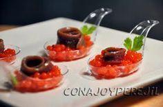 Anchoa del cantábrico sobre caviar de tomate Qué lleva: Anchoas ( unas 12)200 ml. de zumo de tomate bueno.3 gr. de agar-agar (unas 2 cucharaditas de las de café)Aceite de oliva virgenSal y pimienta.