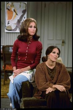 Mary Tyler Moore as Mary Richards and Valerie Harper as Rhoda Morgenstern from the CBS television situation comedy series THE Get premium, high resolution news photos at Getty Images Bffs, Female Bond, Mejores Series Tv, Mary Tyler Moore Show, Comedy Tv, Comedy Series, Tv Series, Retro Hairstyles, Hairstyles Videos
