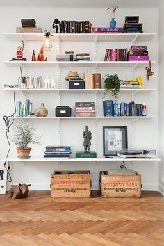 Nice styling by Alvem Makleri on what are normally fairly bland/boring shelves. The tricks in play are grouping of similar colours of books,...
