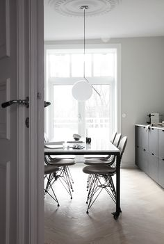 HIGH FASHION WIRE CHAIRS IN THE KITCHEN