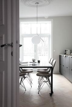 Make it last – Learning Scandinavian Minimalism From Interior Designer Elisabeth Heier Grey Kitchen Floor, Gray And White Kitchen, Grey Kitchen Designs, Wire Chair, Grey Kitchens, Contemporary Interior, Minimalist Design, Interior Design, High Fashion
