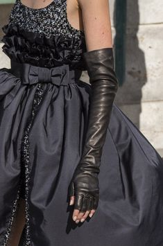 Chanel at Couture Fall 2018 - Details Runway Photos Chanel Couture, Style Haute Couture, Couture Fashion, Runway Fashion, Womens Fashion, Ladies Fashion, Fashion Fall, London Fashion, Style Fashion
