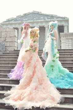 Kagamine Rin/ Mengurine Luka, Hatsune Mikue Dress Cosplay (Vocaloid) - Love the dresses in this cosplay!