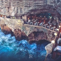 Magnífico restaurante del Hotel Grotta Palasezze en Polignano a Mare (Italia), con una vista impresionante del mar Adriático.
