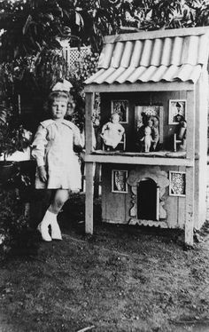 young girl with a doll's house in the garden, Queensland, Australia, Vintage Children Photos, Vintage Girls, Vintage Pictures, Old Pictures, Vintage Toys, Old Photos, Antique Dollhouse, Antique Dolls, Antique Photos