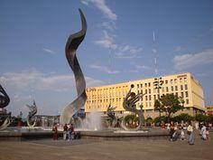 Plaza Tapatia, una enorme explanada que forma parte de los sitios turísticos del Centro Histórico de Guadalajara.