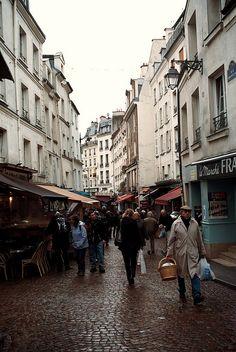 La rue Mouffetard est une voie du 5ᵉ arrondissement de Paris. Il s'agit d'une des rues les plus anciennes de Paris, probablement tracée du temps des Romains au Iᵉʳ siècle. Wikipédia