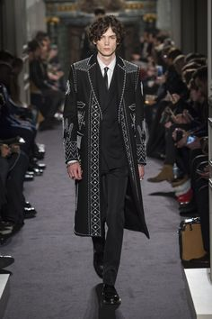 http://madame.lefigaro.fr/defiles/valentino/automne-hiver-2016-2017/homme/111895