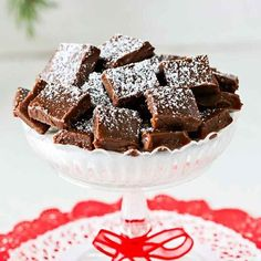 Easy to make and irresistibly good fudge with a delicious taste of Nutella and chocolate. Powder happy little powdered sugar on top before serving. Oh Fudge, Lollipop Candy, Sugar Candy, Candy Cookies, Chocolate Ganache, Chocolate Powder, Swedish Recipes, Homemade Candies, Kitchen Recipes