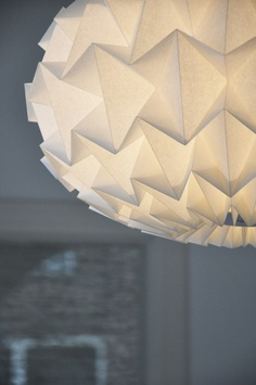 Nellianna verkoopt prachtige papieren lampen, gevouwen in grafische vormen.